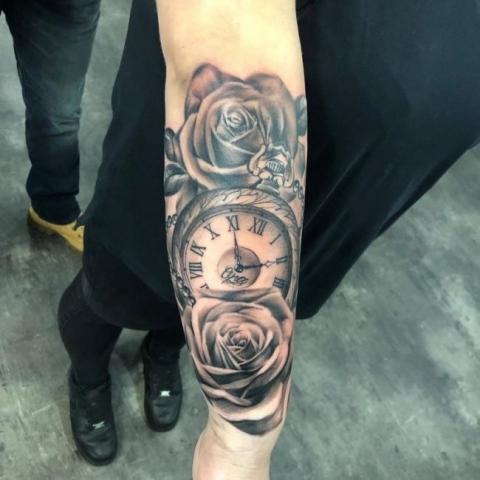 Realistische rozen in combinatie met een klok