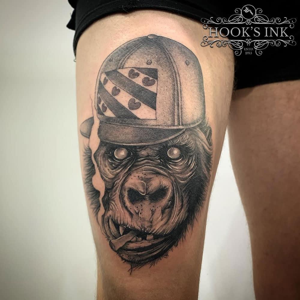 Tattoo van primaat/gorilla met Friesland petje