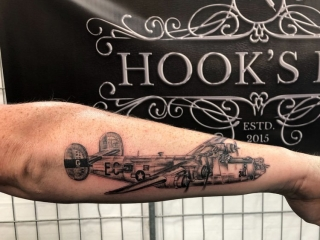 B24 bommenwerper tattoo op de onderarm