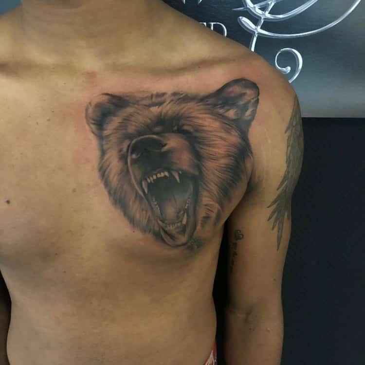 Berenkop tattoo op de borst