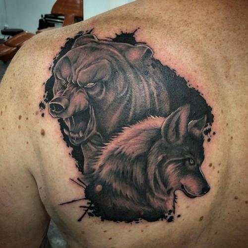 Blackwork beer en wolf op schouder
