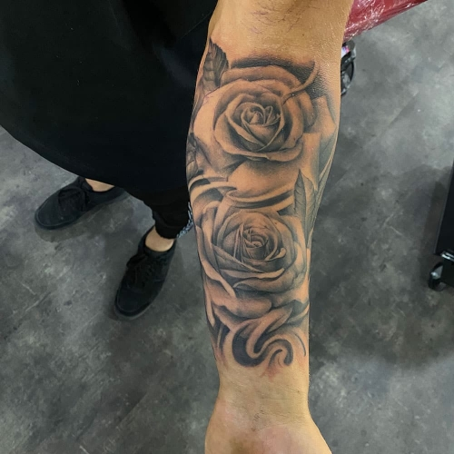Begin sleeve met realistische rozen tattoo