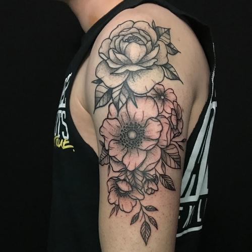 Bloemen tattoo sleeve bovenarm