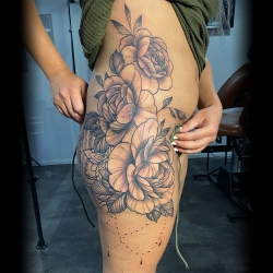 Groot bloemstuk zijkant bovenbeen, bil en zijde