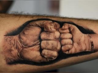 Realistische boks tattoo op de onderarm