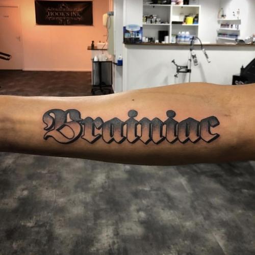 Brainiac lettering onderarm