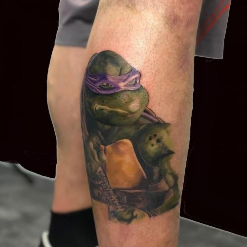 Full color tattoo Donatello uit Turtles