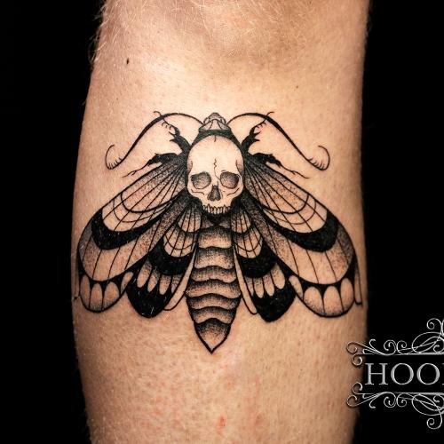 Doodshoofdvlinder blackwork tattoo