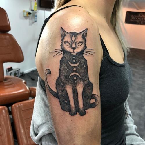 Dotwork kat bovenarm