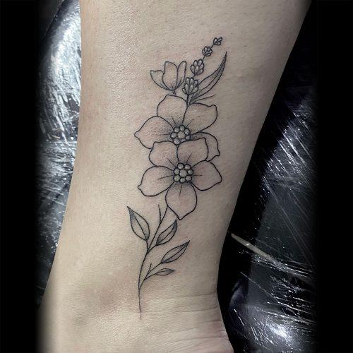 Fijne lijntjes bloemetjes tattoo Danique