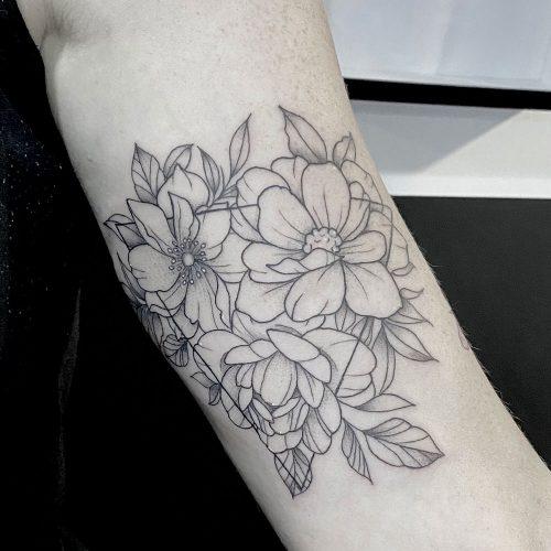 Fineline bloemen driehoek tattoo Danique