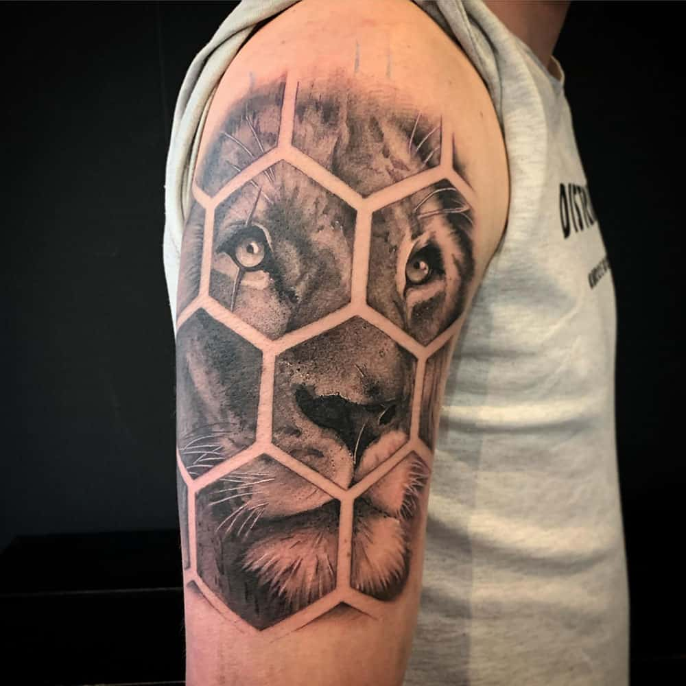 Geometrische leeuw realistische tattoo Guus