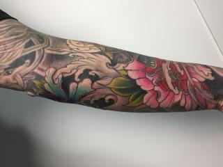 Japanse kleuren tattoo op de onderarm