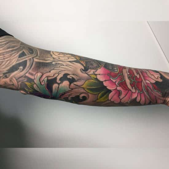 Japanse kleuren tattoo sleeve met blackwork