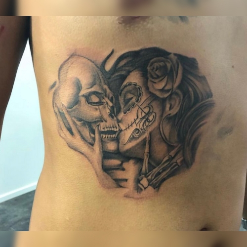 Day of the dead kissing tattoo op de borst