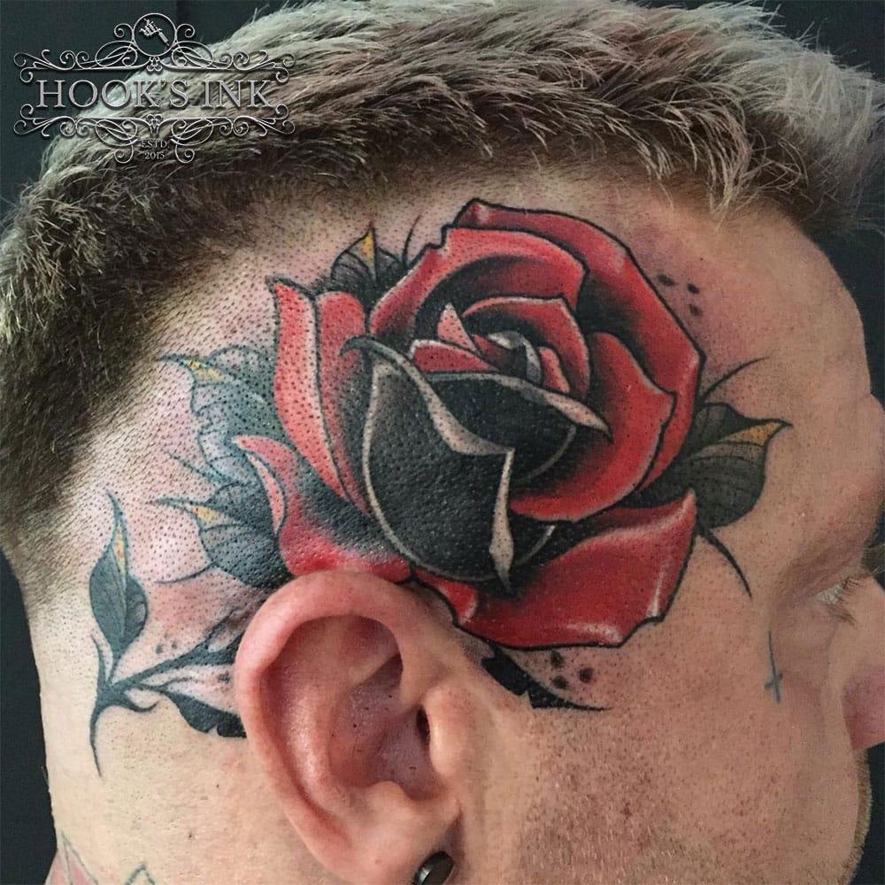 Neo traditional kleuren roos tattoo op de zijkant van hoofd