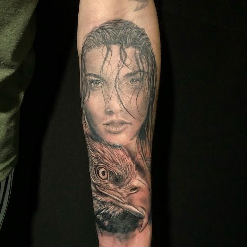 Custom made tattoo portret van vrouw met adelaar