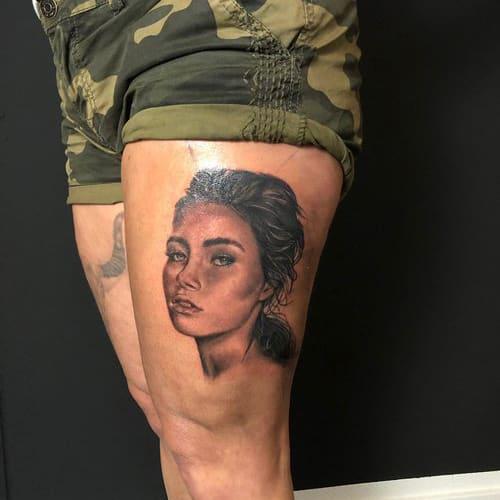 Portret tattoo van vrouw in realistische stijl