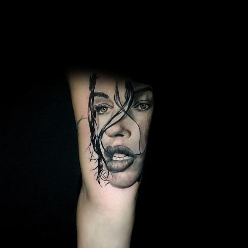 Realistisch portret tattoo vrouw