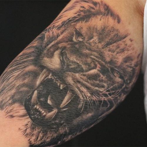 Realistische leeuw tattoo op de bovenarm