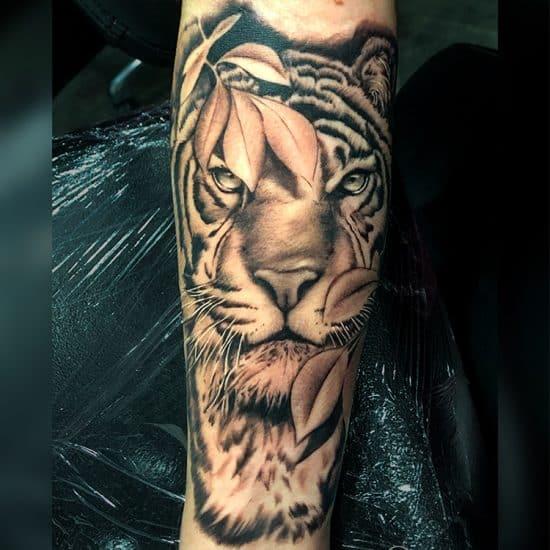 Realistische tijger sleeve tattoo