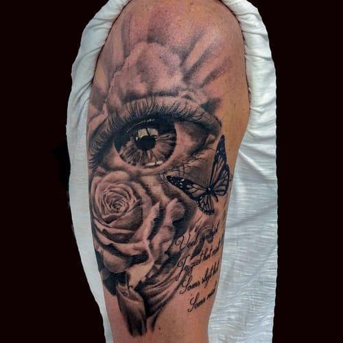 Custom made tattoo design met een roos, vlinder en oog