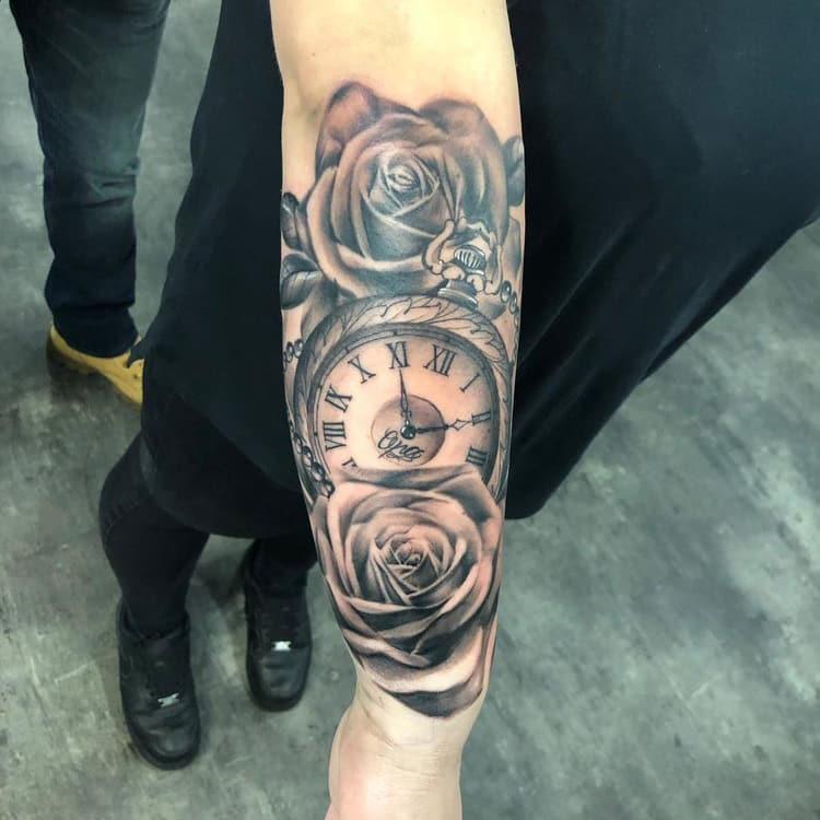 Rozen met klok tattoo in realistische stijl