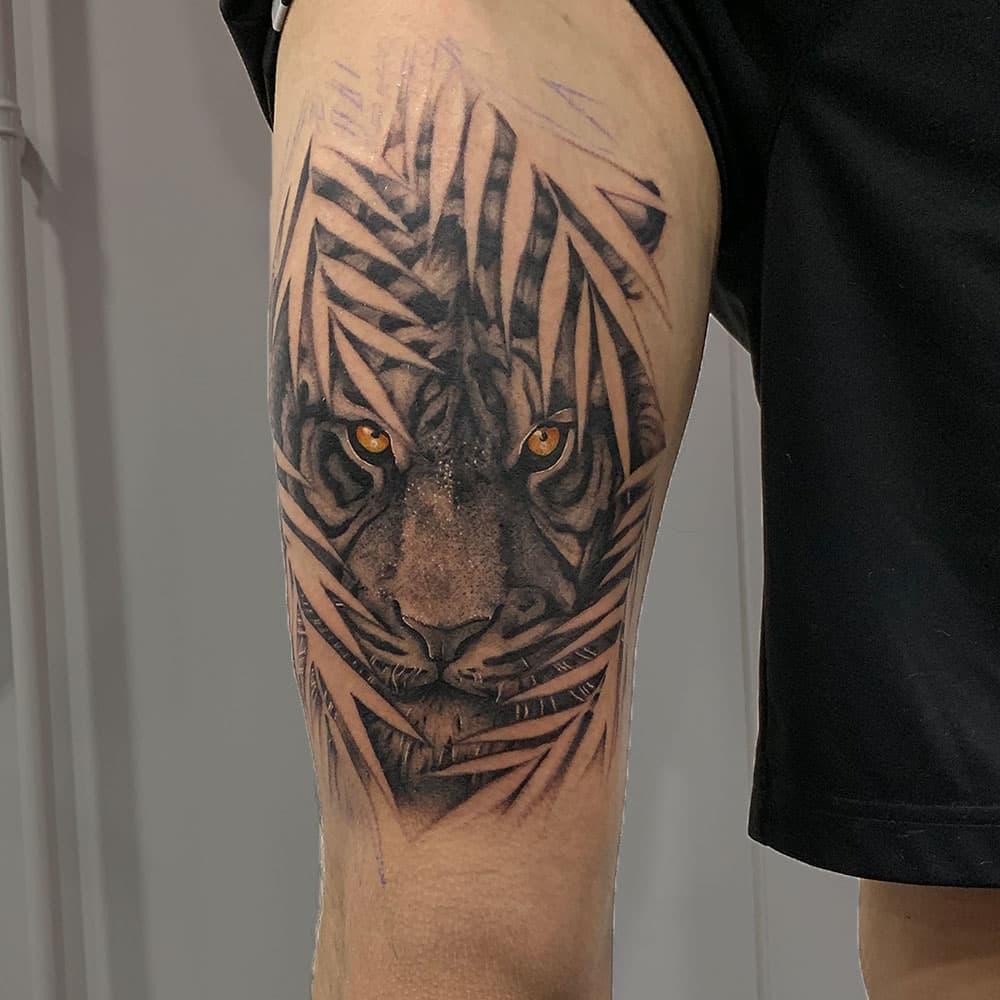 Hidden tiger tattoo met kleurogen