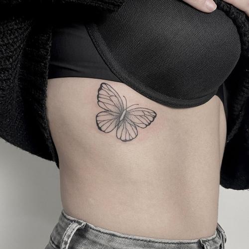 Vlinder tattoo ribben
