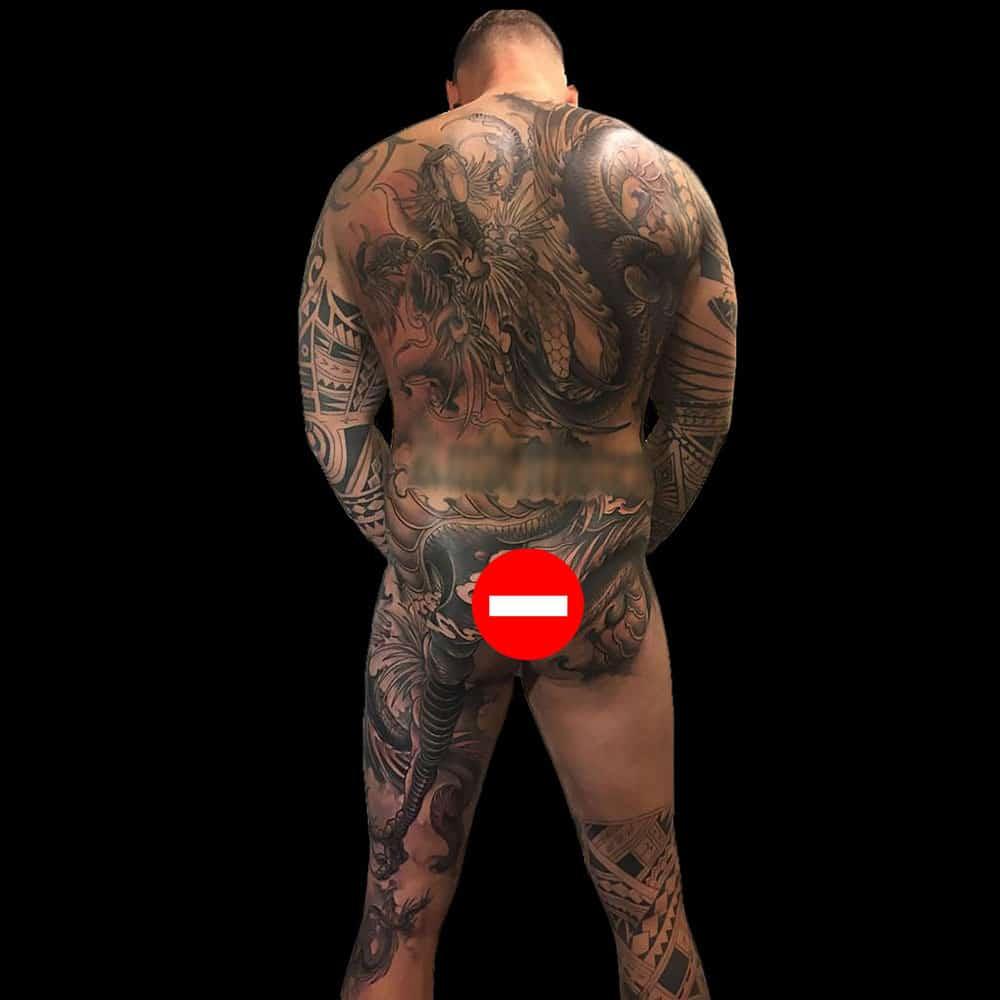 Volledige backpiece en deel van benen tattoo in de Japanse stijl