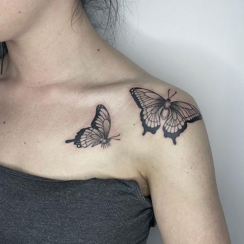 Vrouwelijke tattoo vlinders op schouder
