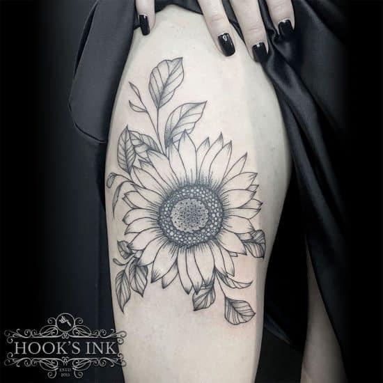 Lijnwerk zonnebloem tattoo bovenbeen