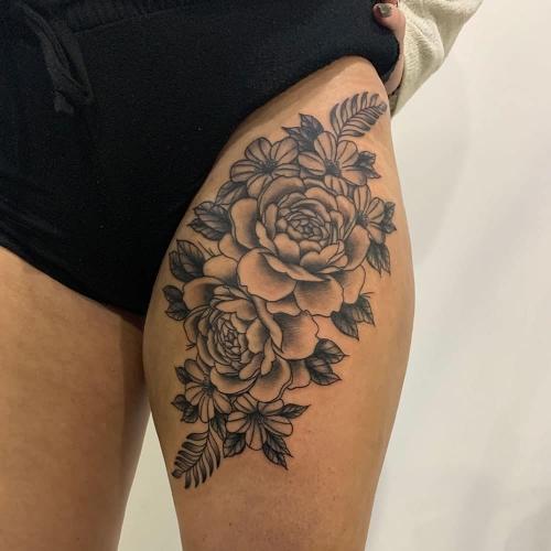 Bloemstuk tattoo bovenbeen