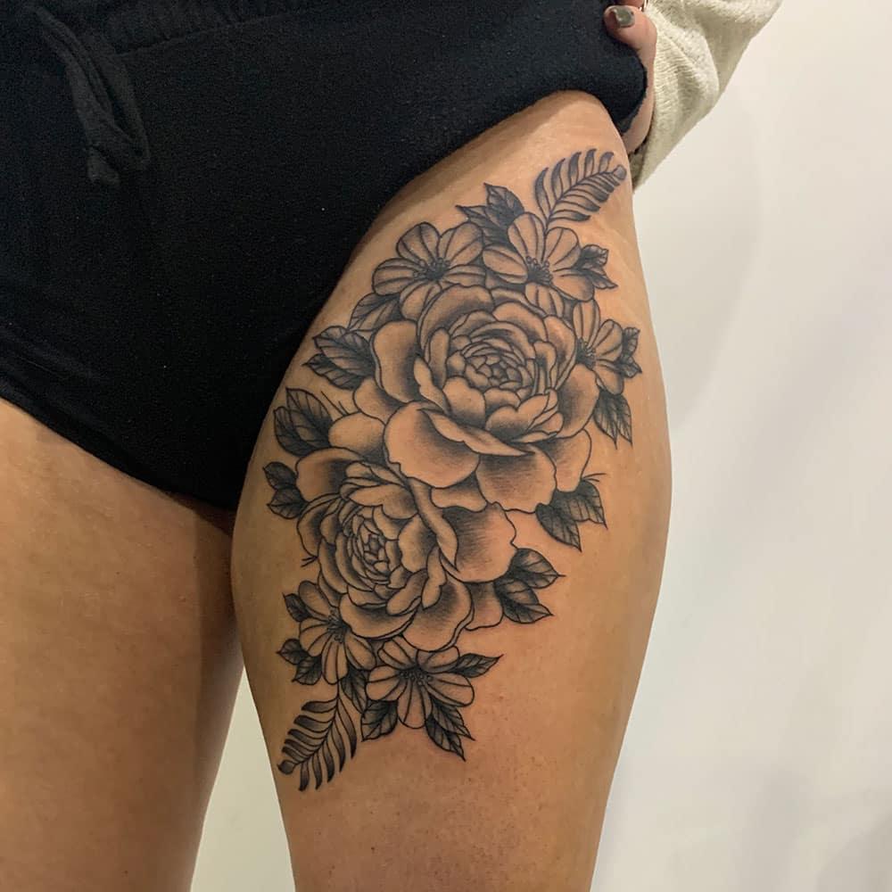 Bloemstuk met rozen tattoo bovenbeen