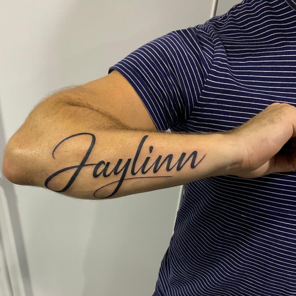 Custom lettering tattoo buitenkant onderarm