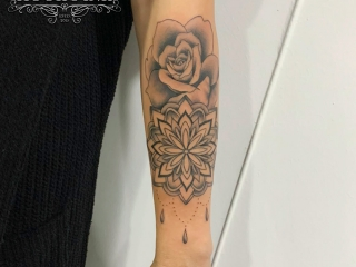 Custom made mandala met roos tattoo