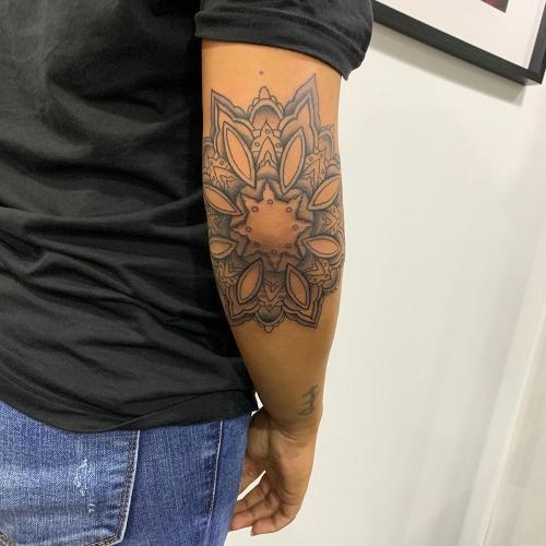 Mandala tattoo op elleboog