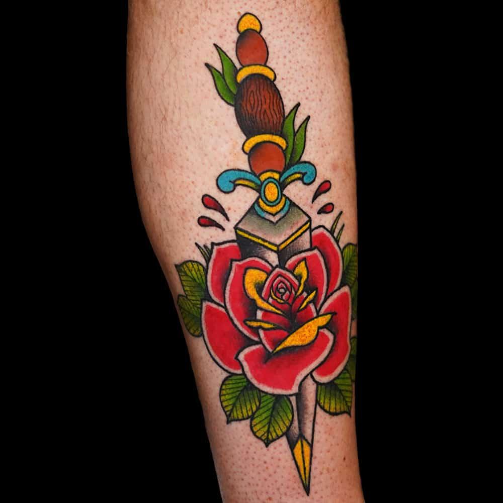 Oldschool roos en dolk tattoo Wessel