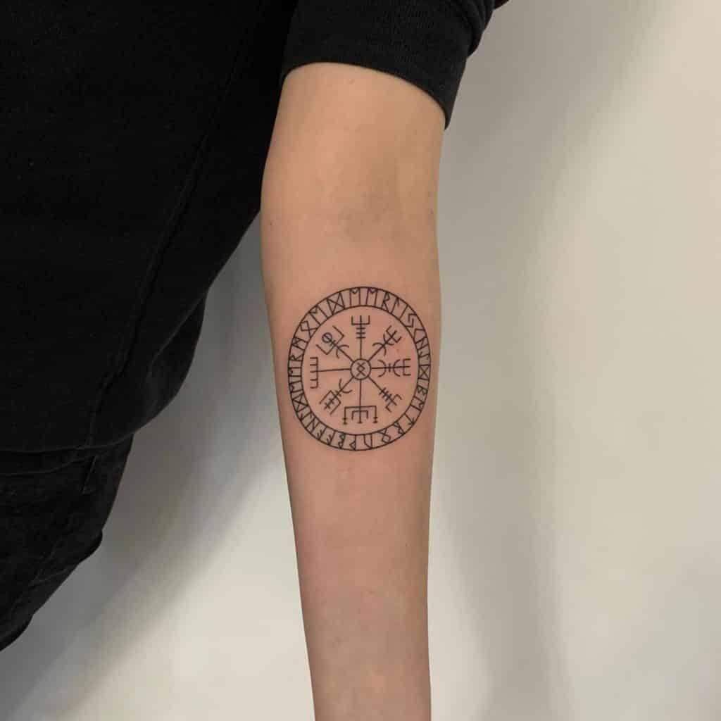 Noorse Viking runen tekens fineline tattoo