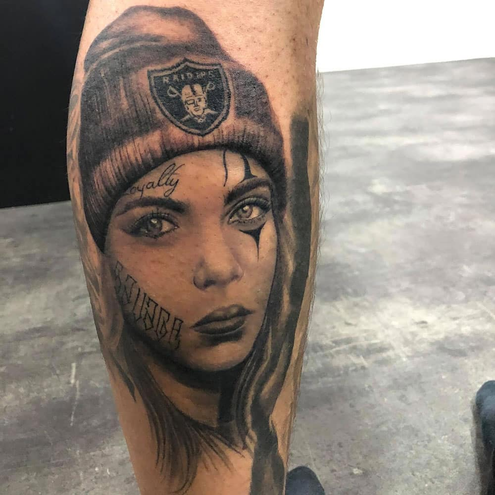 Portret tattoo van vrouw met Raiders beanie
