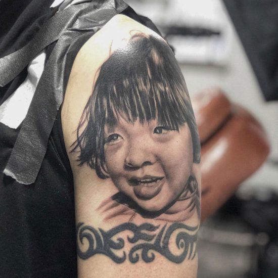 Portret tattoo van zoon