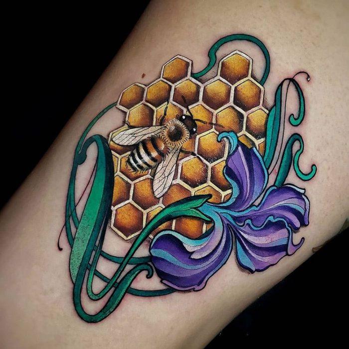 Bij met honinggraat paarse bloem tattoo Molly
