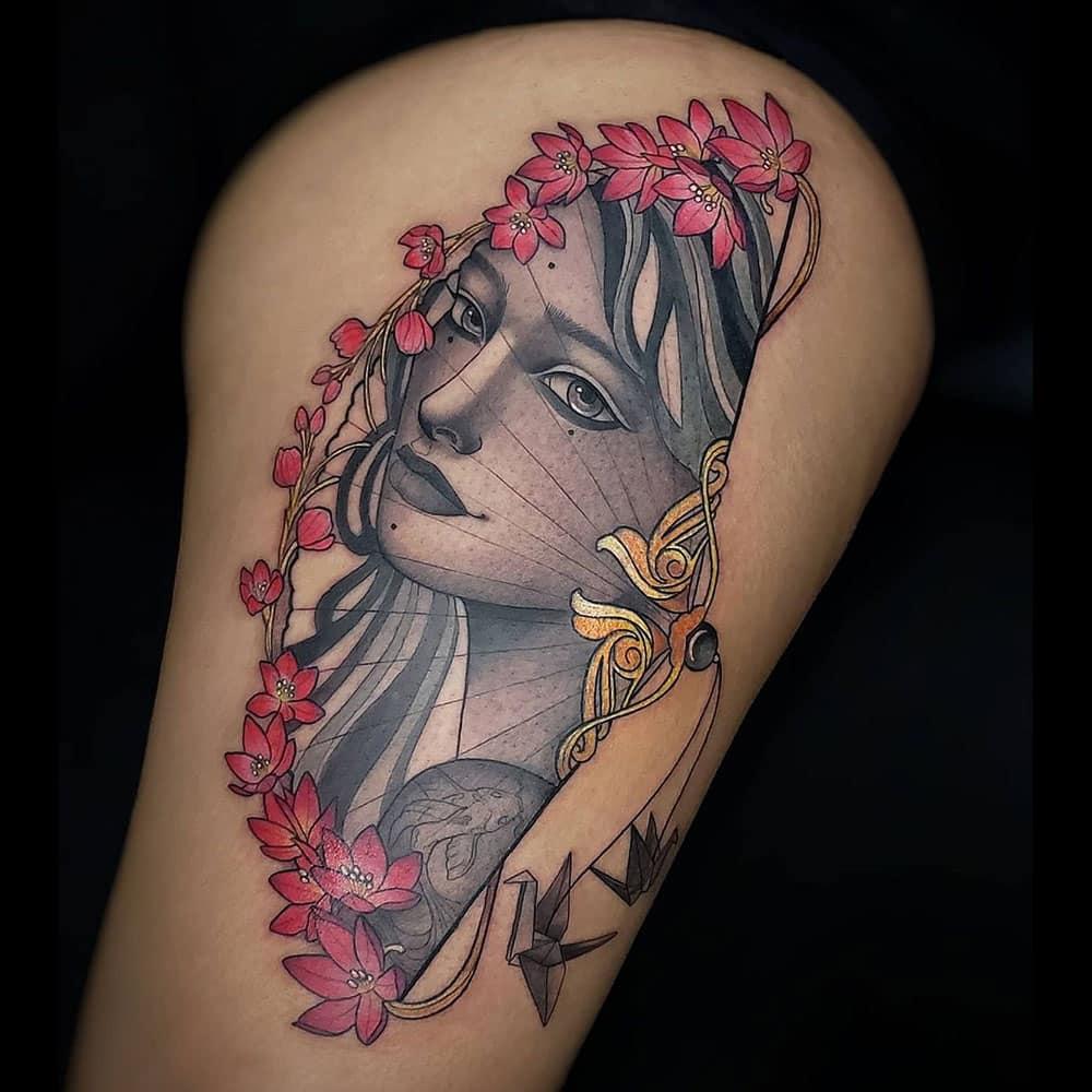 Black & grey met kleuren tattoo vrouwelijk portret met bloemen Molly