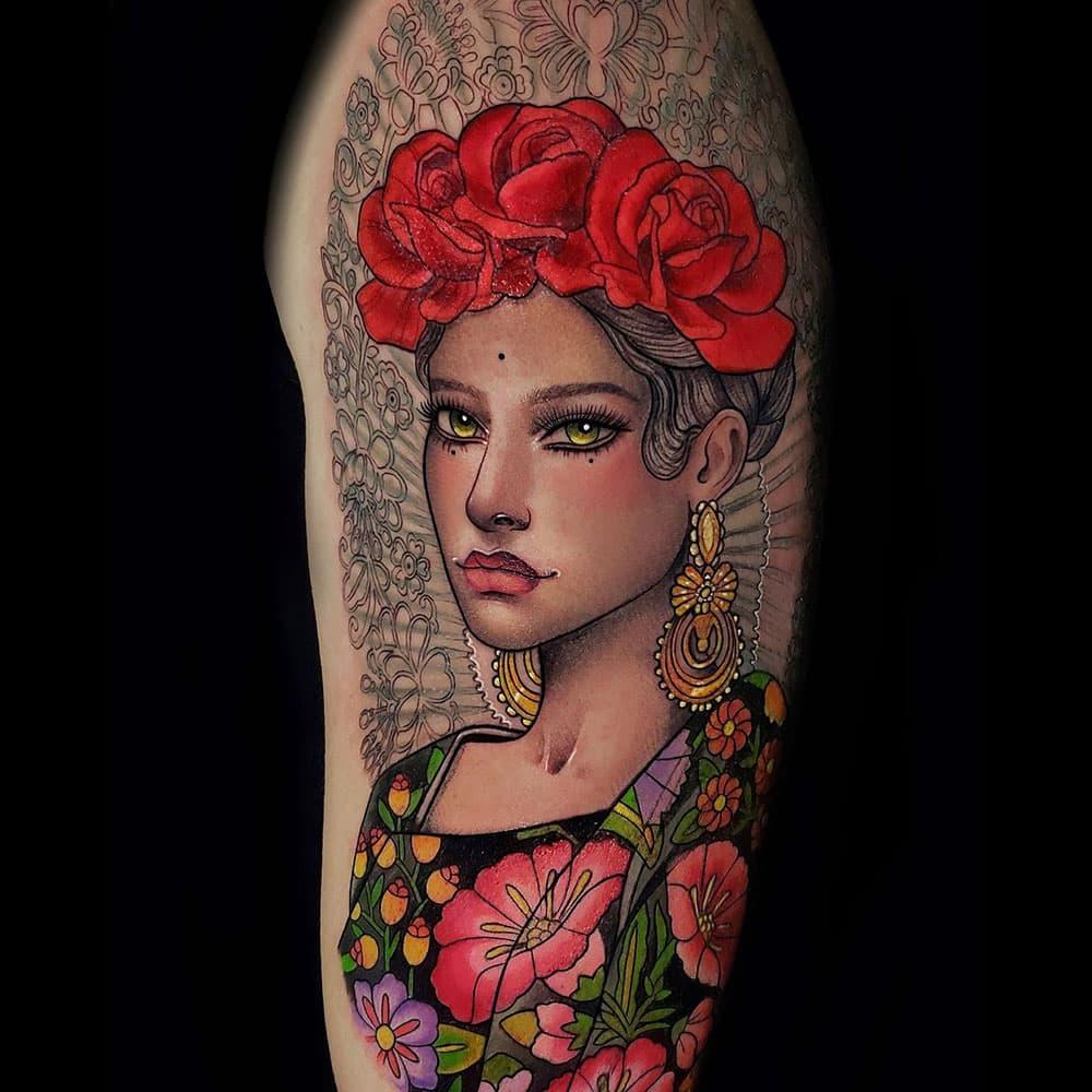 Neo traditional vrouwen portret met kleurbloemen tattoo Molly