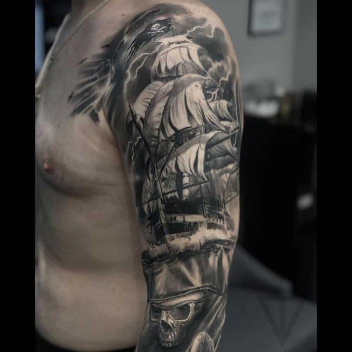 Realistisch piratenschip tattoo Roman Vainer