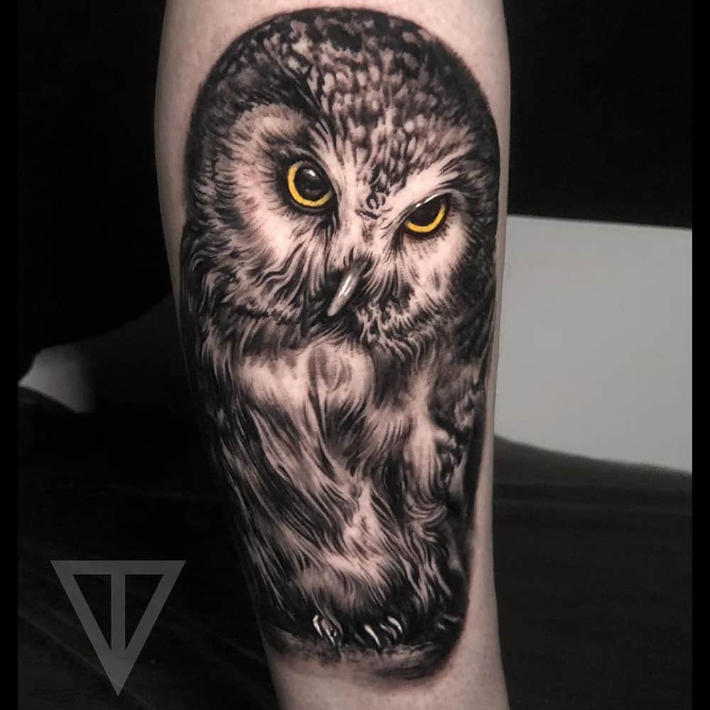 Realistische uil met kleurogen tattoo Roman Vainer