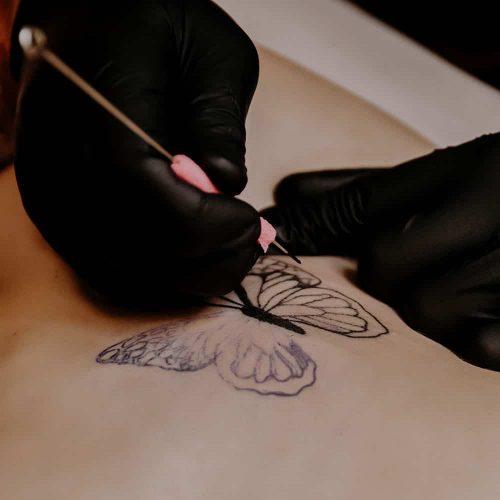 Vlinder handpoke tattoo handgeprikte tatoeage