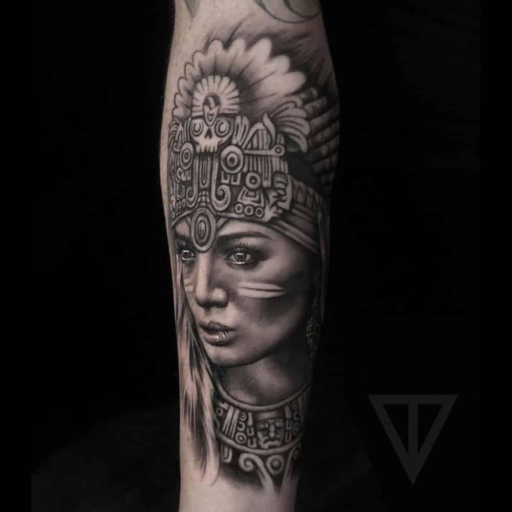 Vrouwelijk Aztec portret realisme tattoo Roman Vainer