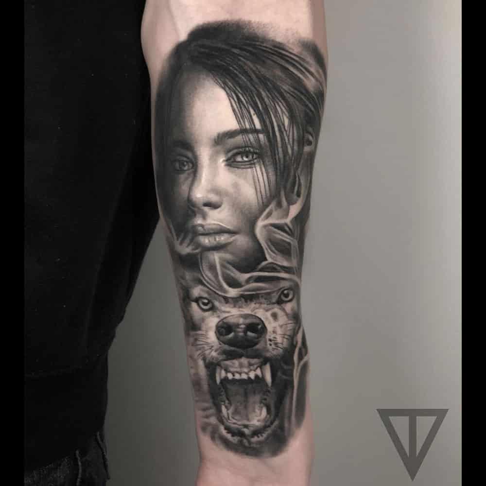 Vrouwelijk portret met wolf black and grey tattoo Roman Vainer