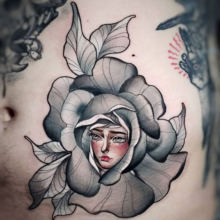 Vrouwen portret in bladeren Molly tattoo
